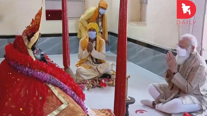 কালীমন্দিরে প্রার্থনায় অংশ নিয়েছেনঃ মোদি