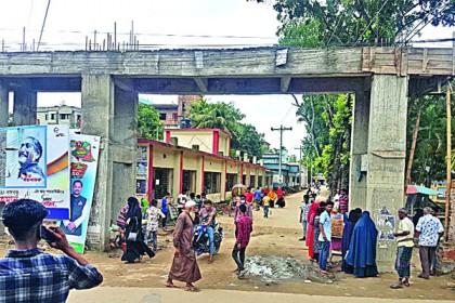 কুমিল্লার দেবীদ্বারে ওয়ার্ক অর্ডার ছাড়াই নির্মাণ হচ্ছে উপজেলা গেট
