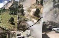 পাথর পড়ে ভাঙল ব্রিজ: প্রাণ গেল ৯ জনের (ভিডিও)