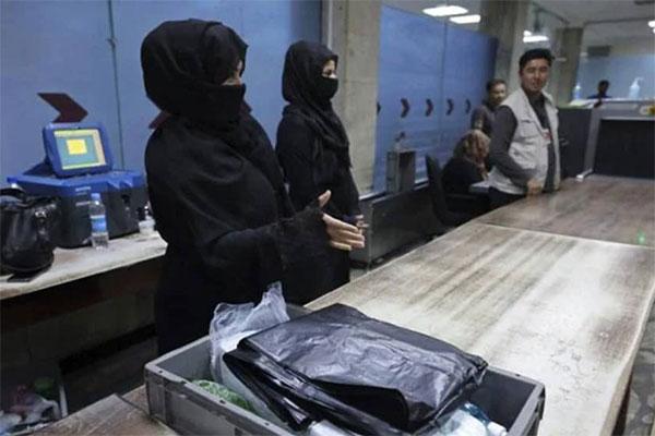 কাবুল বিমানবন্দরের কাজে যোগ দিলেন ১২ আফগান নারী